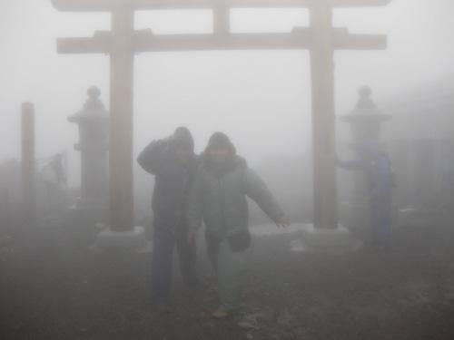 Ditengah badai di puncak Fujisan (depan Jinja)