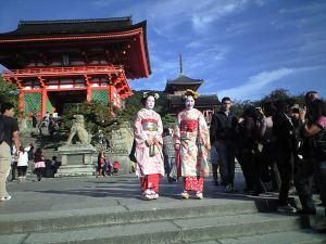 2 Maiko dan gerbang depan kompleks, Nioumon atau Akamon